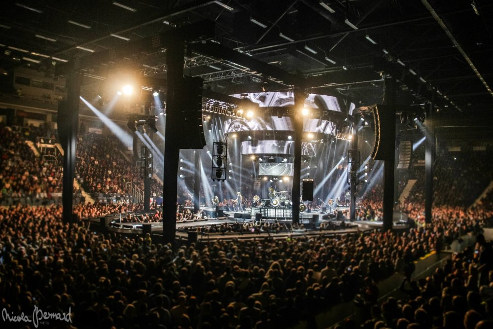 A crew of about 60 people were in charge of equipment and set up and 40  stagehands were added at each venue. Nobody in Czech Republic or Slovakia  has done ... 08a2853267